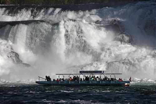 кораблик возле Рейнского водопада