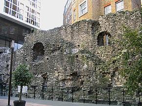 остатки романской стены в Лондоне