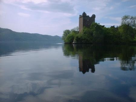 замок на озере Лох-Несс